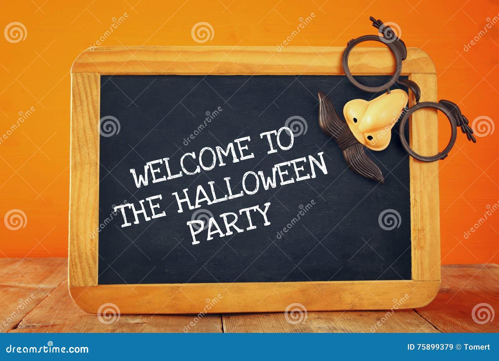 Concepto del día de fiesta de Halloween Pizarra con la máscara divertida