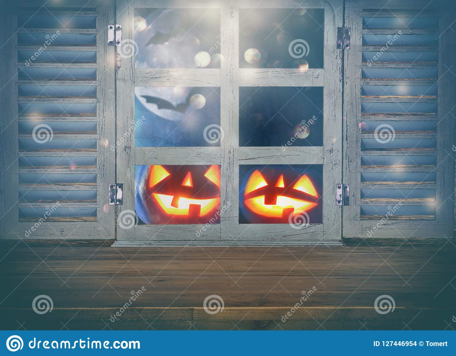 Concepto del día de fiesta de Halloween Tabla rústica vacía delante del fondo frecuentado del cielo nocturno y de la ventana viej