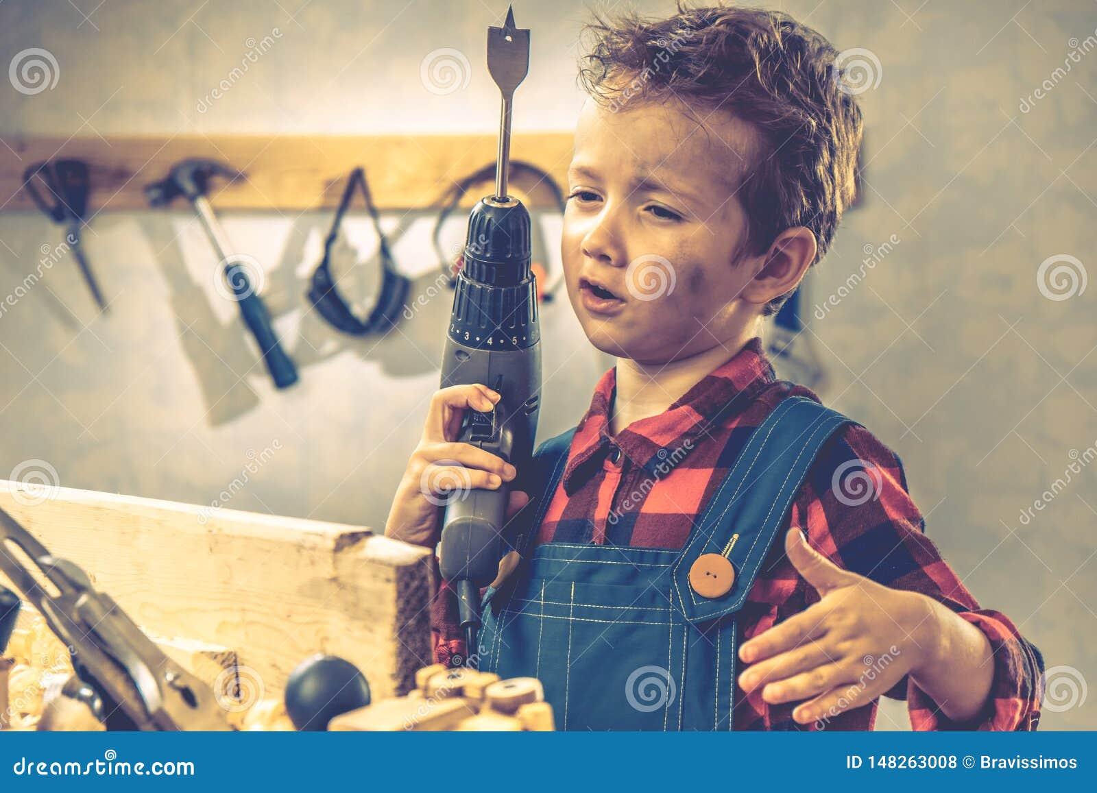 Concepto del día de padres del niño, herramienta del carpintero, hogar de la persona