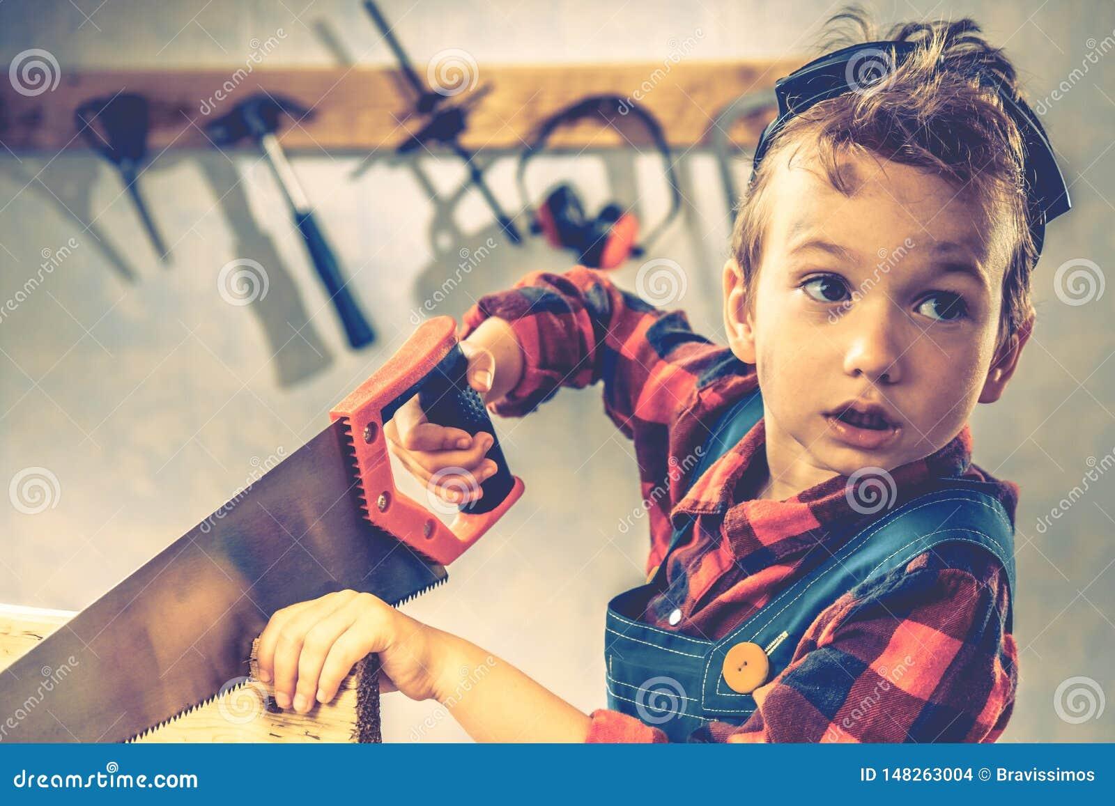 Concepto del día de padres del niño, herramienta del carpintero, niño del muchacho