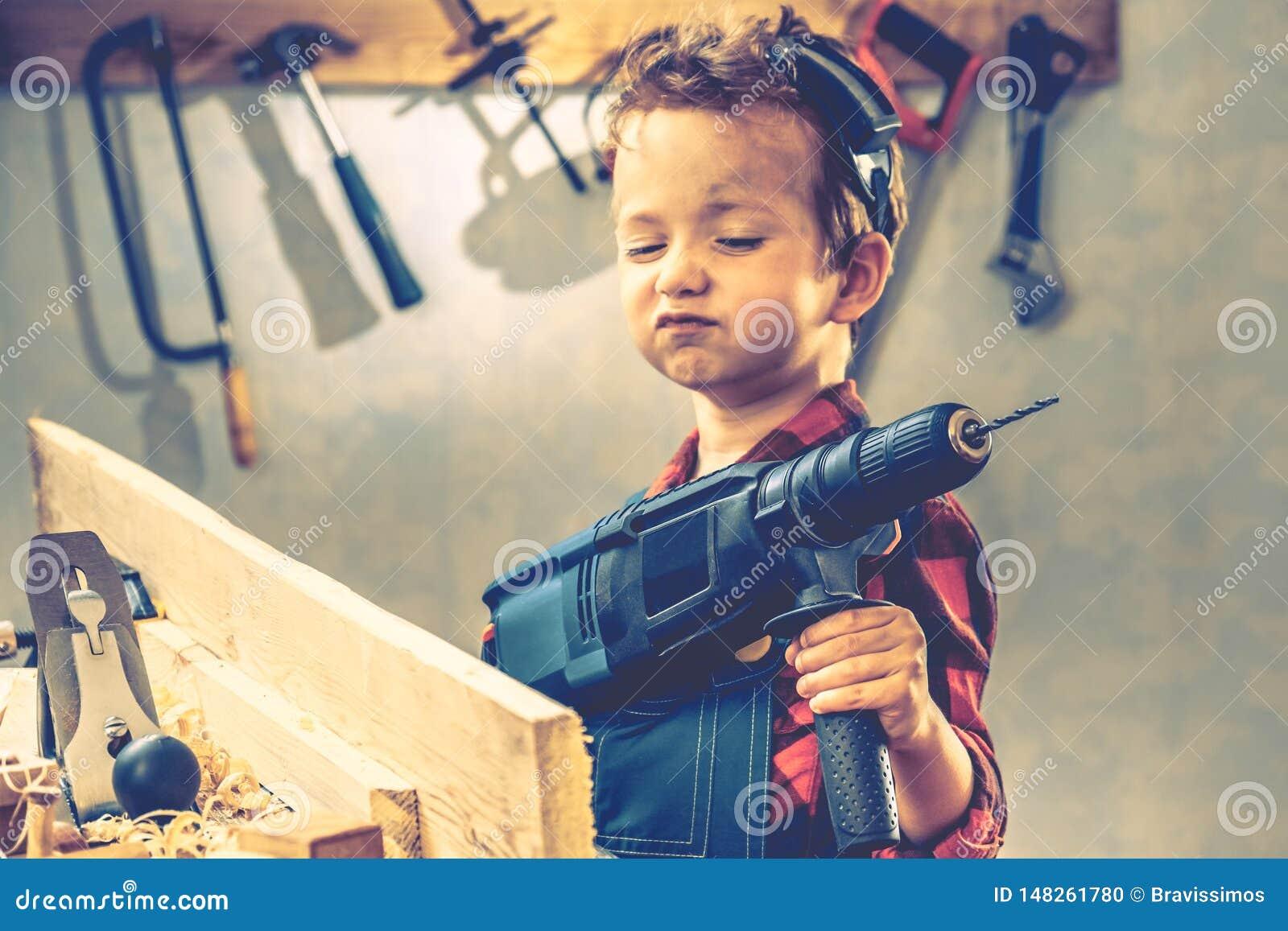 Concepto del d?a de padres del ni?o, herramienta del carpintero, trabajador
