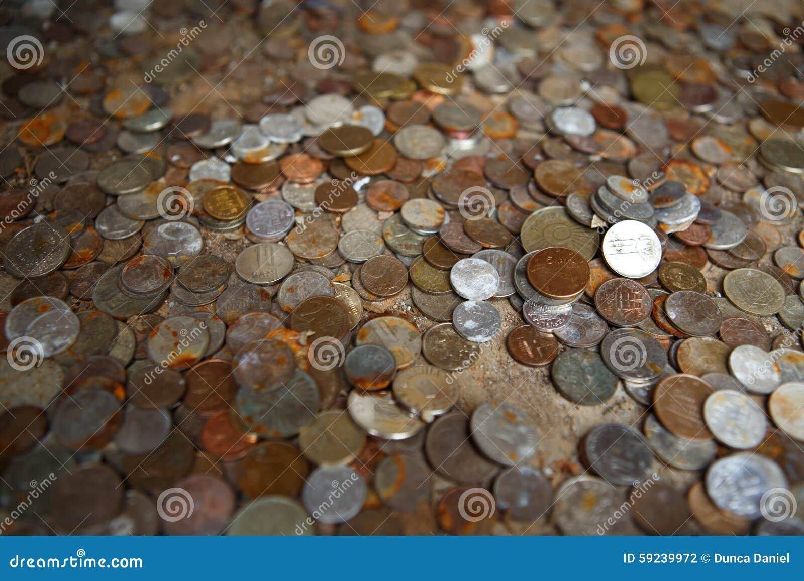 Concepto del dinero - manojo de monedas internacionales