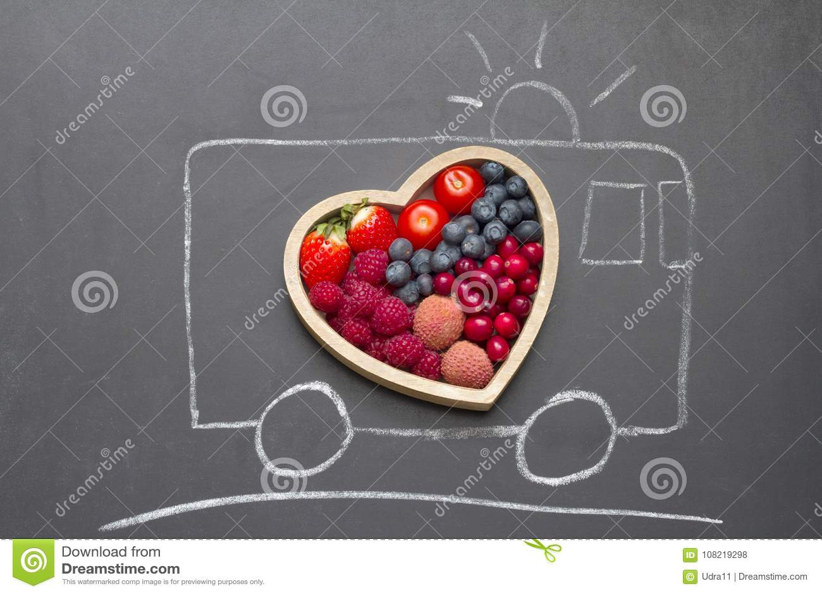 Concepto del extracto del corazón de la dieta de la salud con la ambulancia del rescate en la pizarra