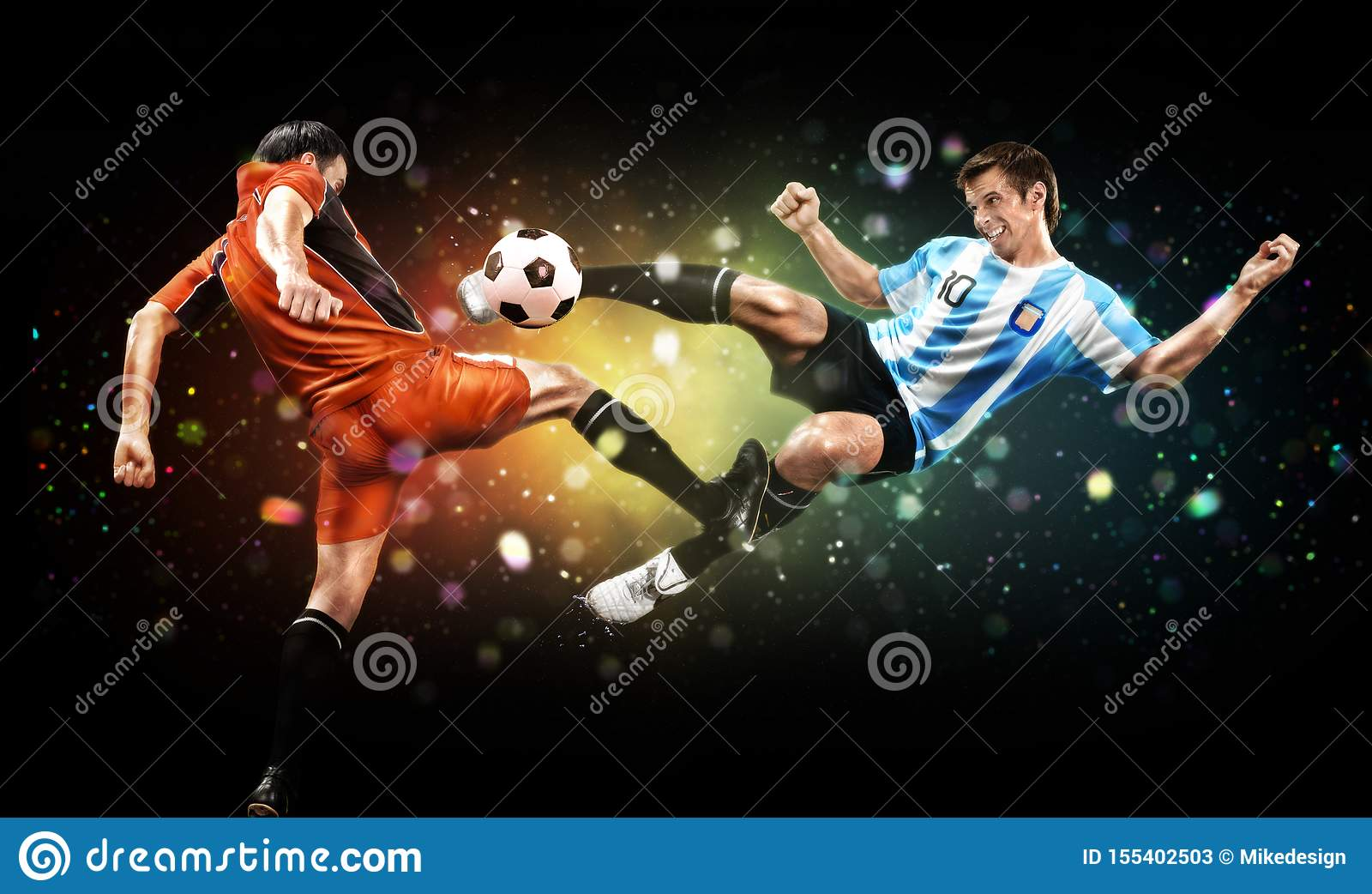 Concepto del f?tbol y del deporte Dos jugadores en la acción para golpear la bola con el pie en el partido de fútbol en fondo osc