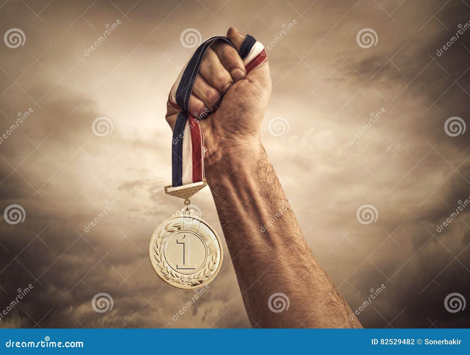 Concepto del ganador en fondo de las nubes