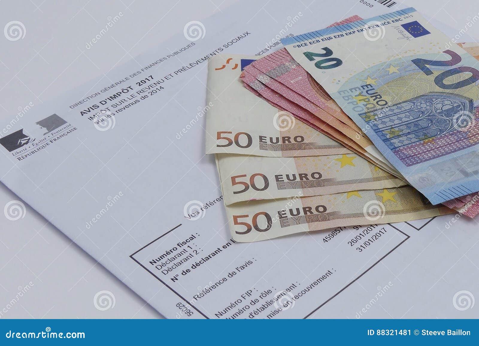 Concepto del impuesto con los billetes de banco de los euros