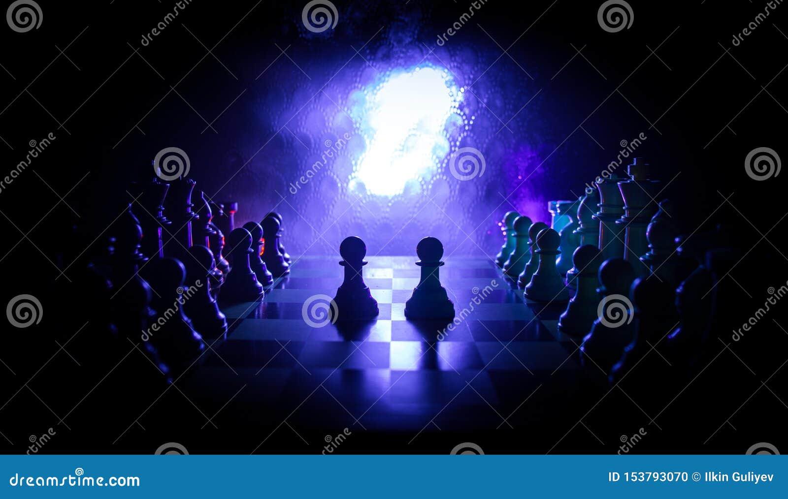 Concepto del juego de mesa del ajedrez de ideas y de competencia del negocio El ajedrez figura en un fondo oscuro con humo y nieb