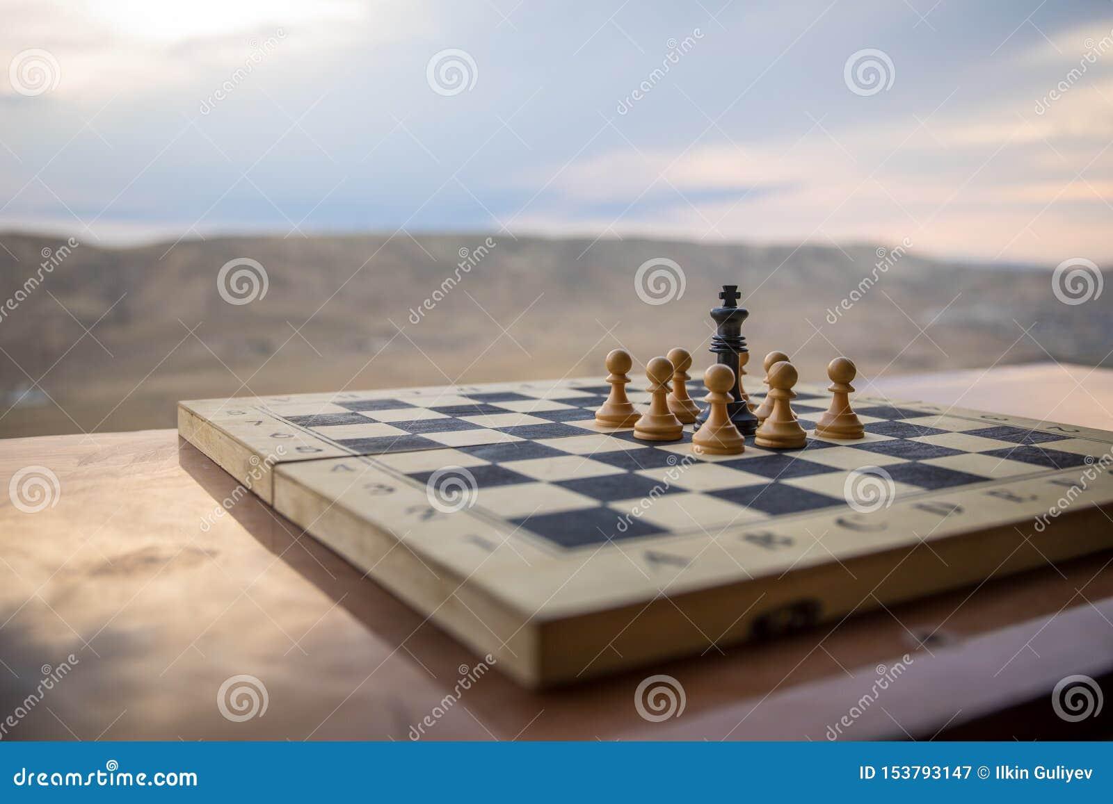 Concepto del juego de mesa del ajedrez de ideas y de competencia del negocio Figuras del ajedrez en un tablero de ajedrez Fondo a