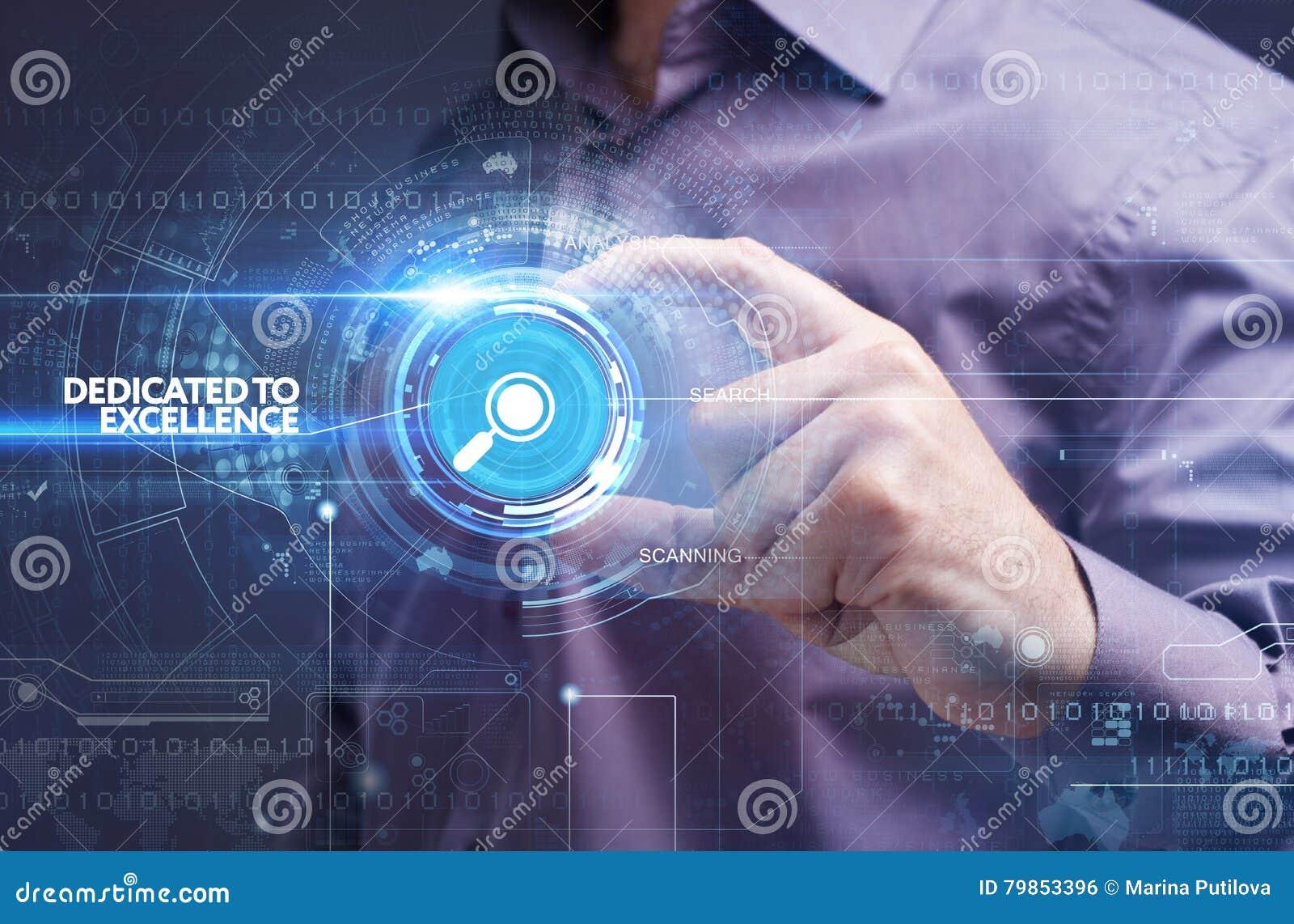 Concepto del negocio, de la tecnología, de Internet y de la red Busine joven