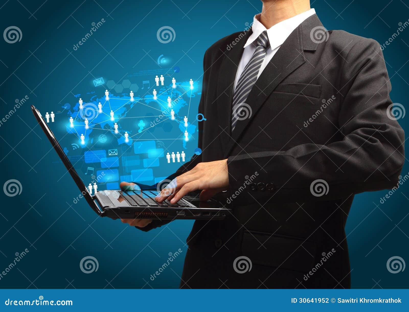 Concepto del negocio de la tecnología en el ordenador portátil del ordenador en las manos