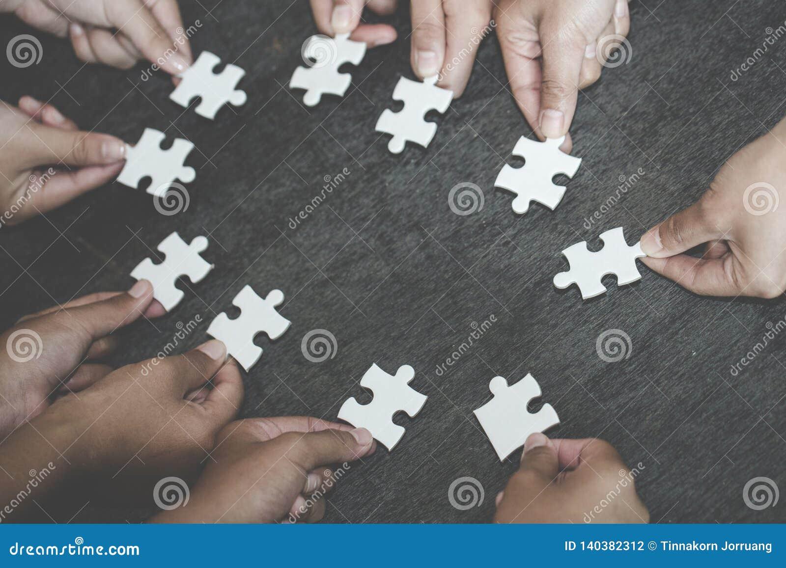 Concepto del negocio, grupo de hombres de negocios que montan el rompecabezas y representar la ayuda del equipo y ayudar al toget