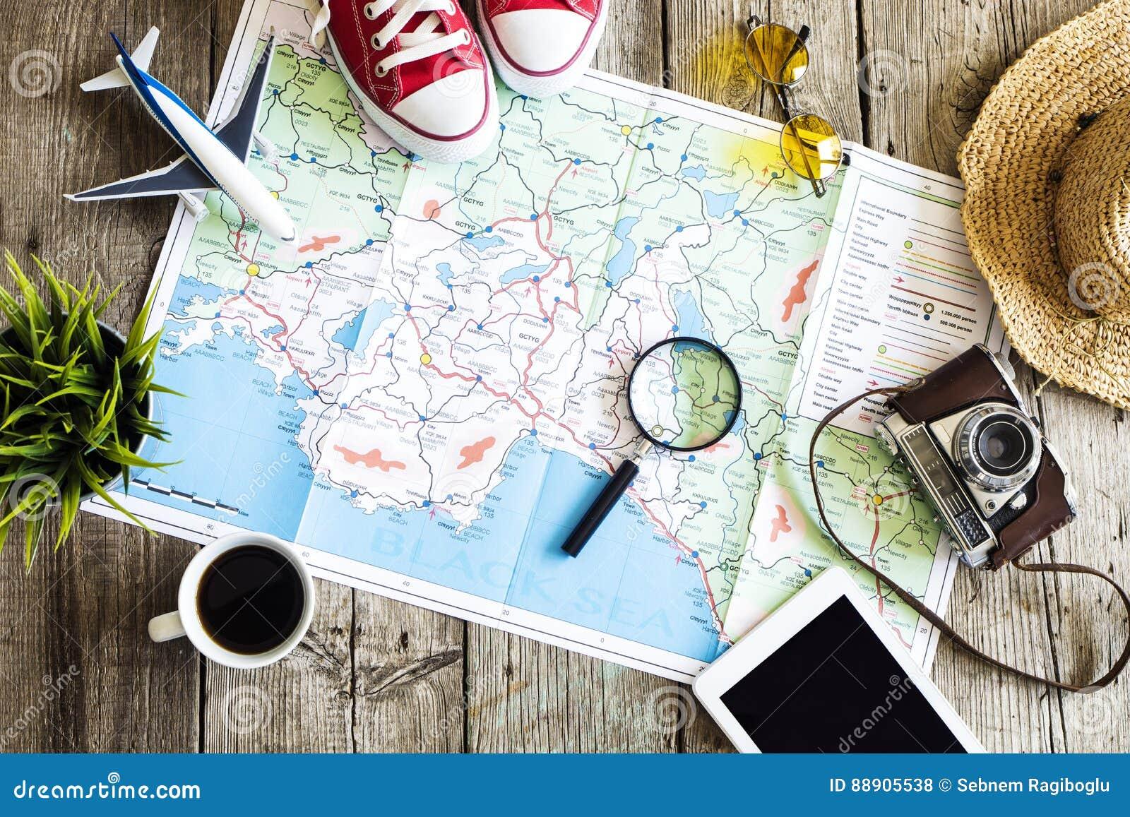 Concepto del planeamiento del viaje en mapa