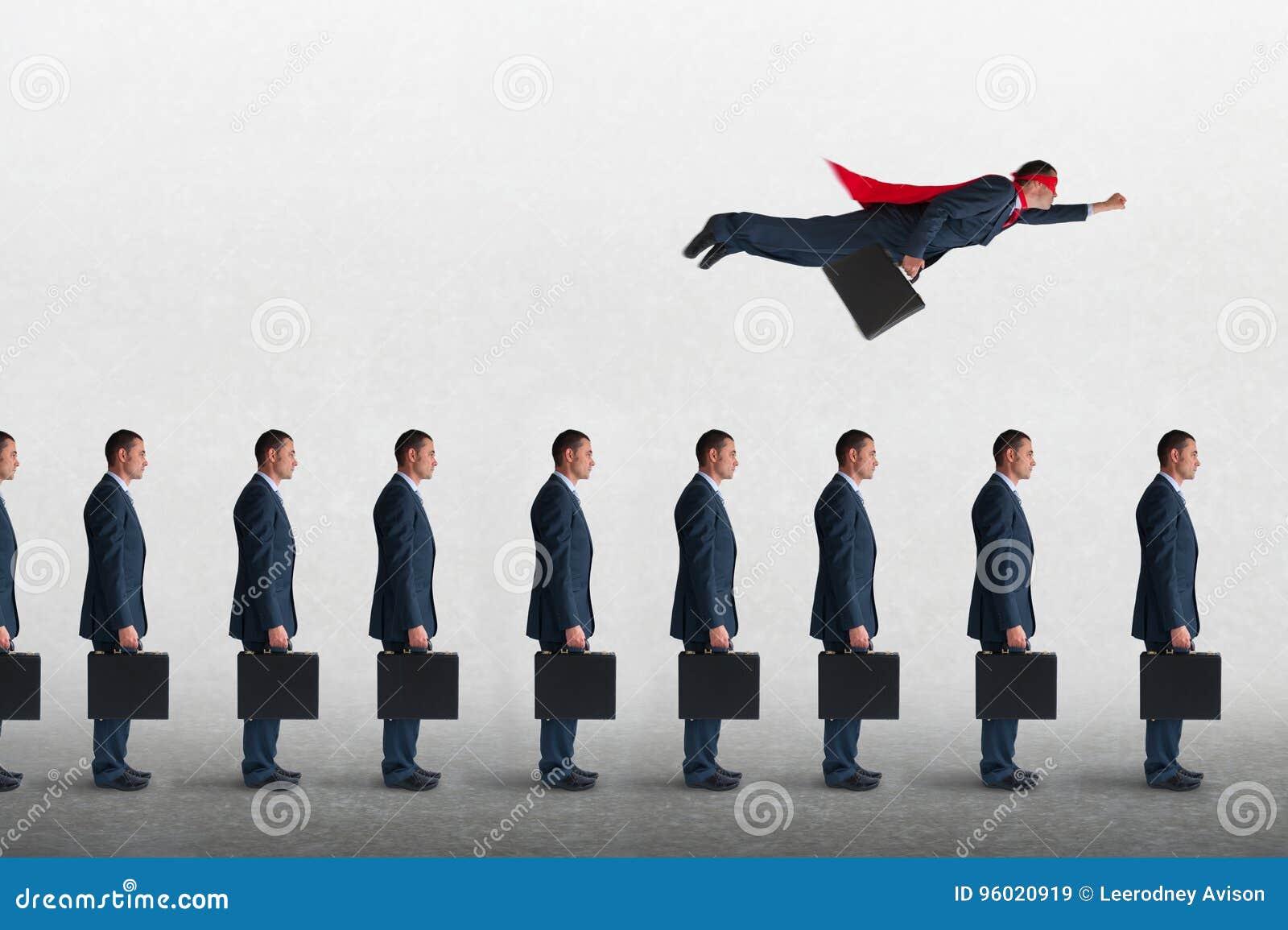 Concepto del progreso del negocio con el vuelo del hombre de negocios del super héroe