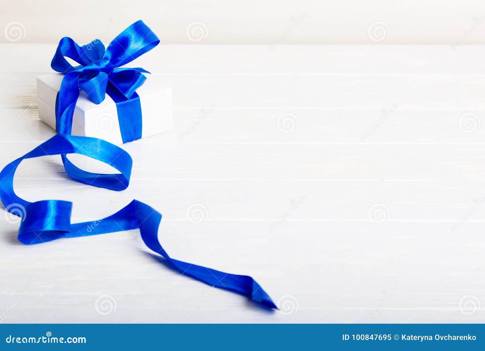 Concepto del regalo de Navidad del cumpleaños del regalo - caja de regalo blanca con el bl