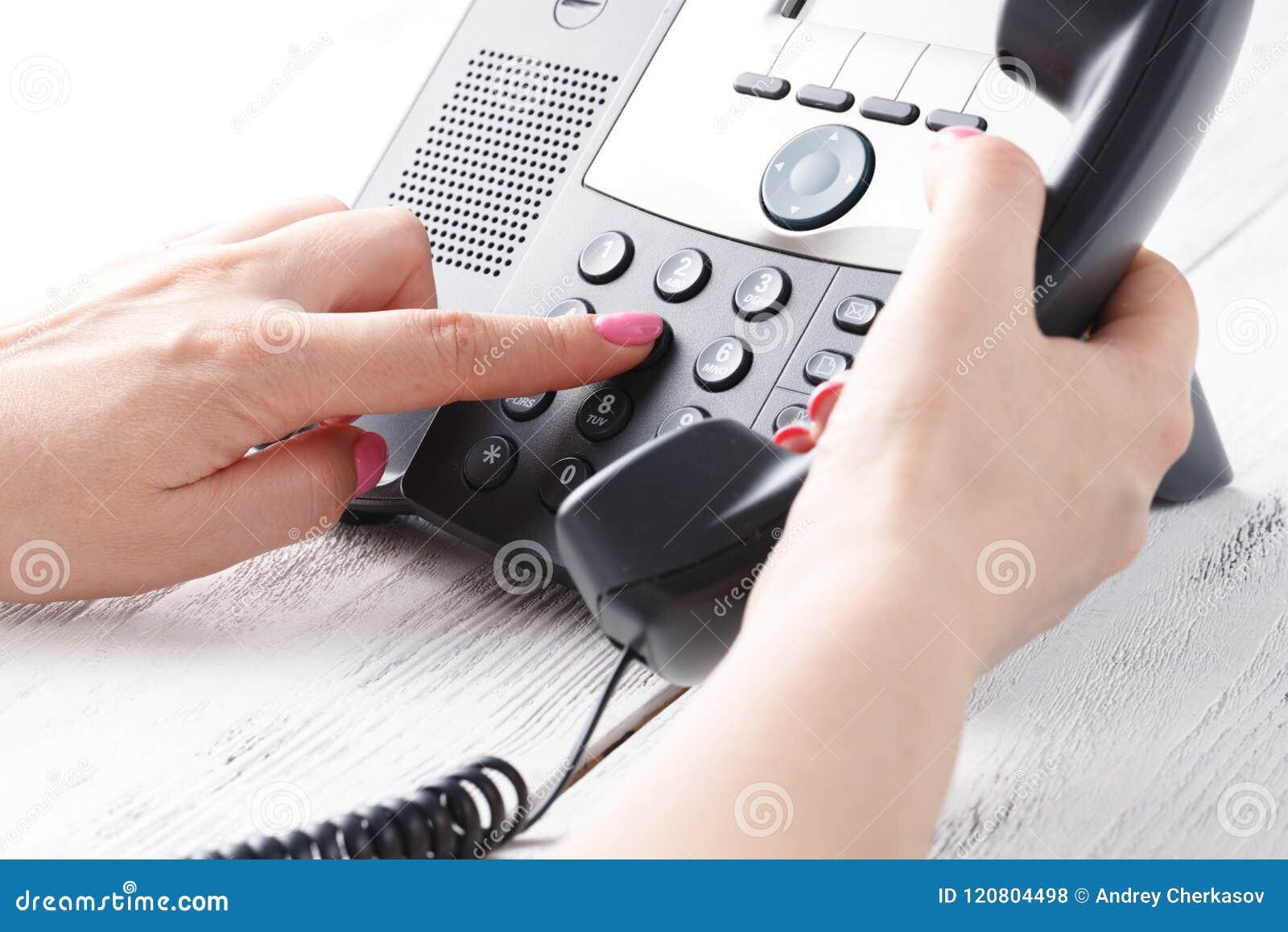 Concepto del teléfono del centro de atención telefónica o de la oficina, número femenino de la prensa del finger en phonepad