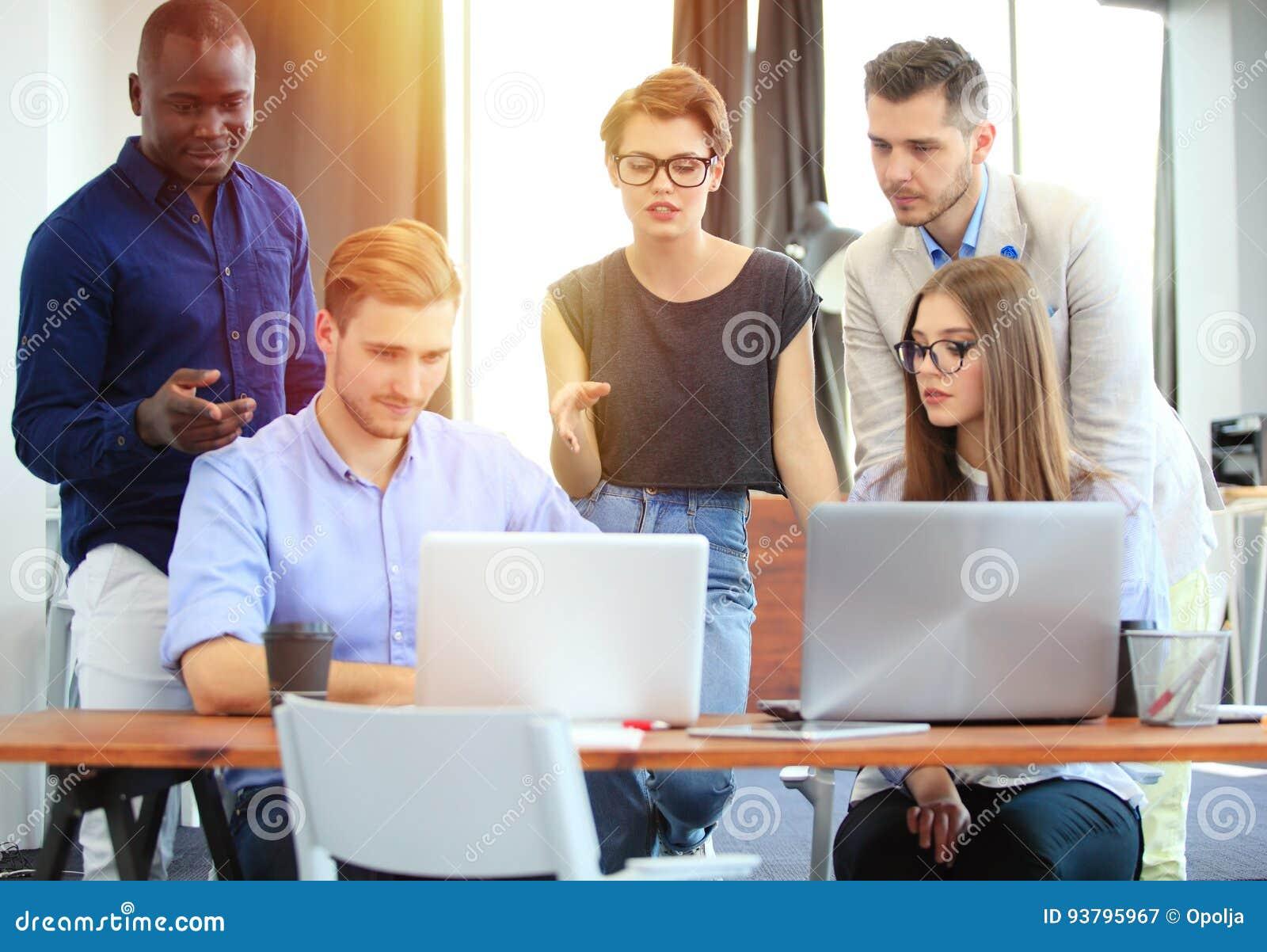 Concepto del trabajo en equipo compa eros de trabajo for Que es trabajo de oficina