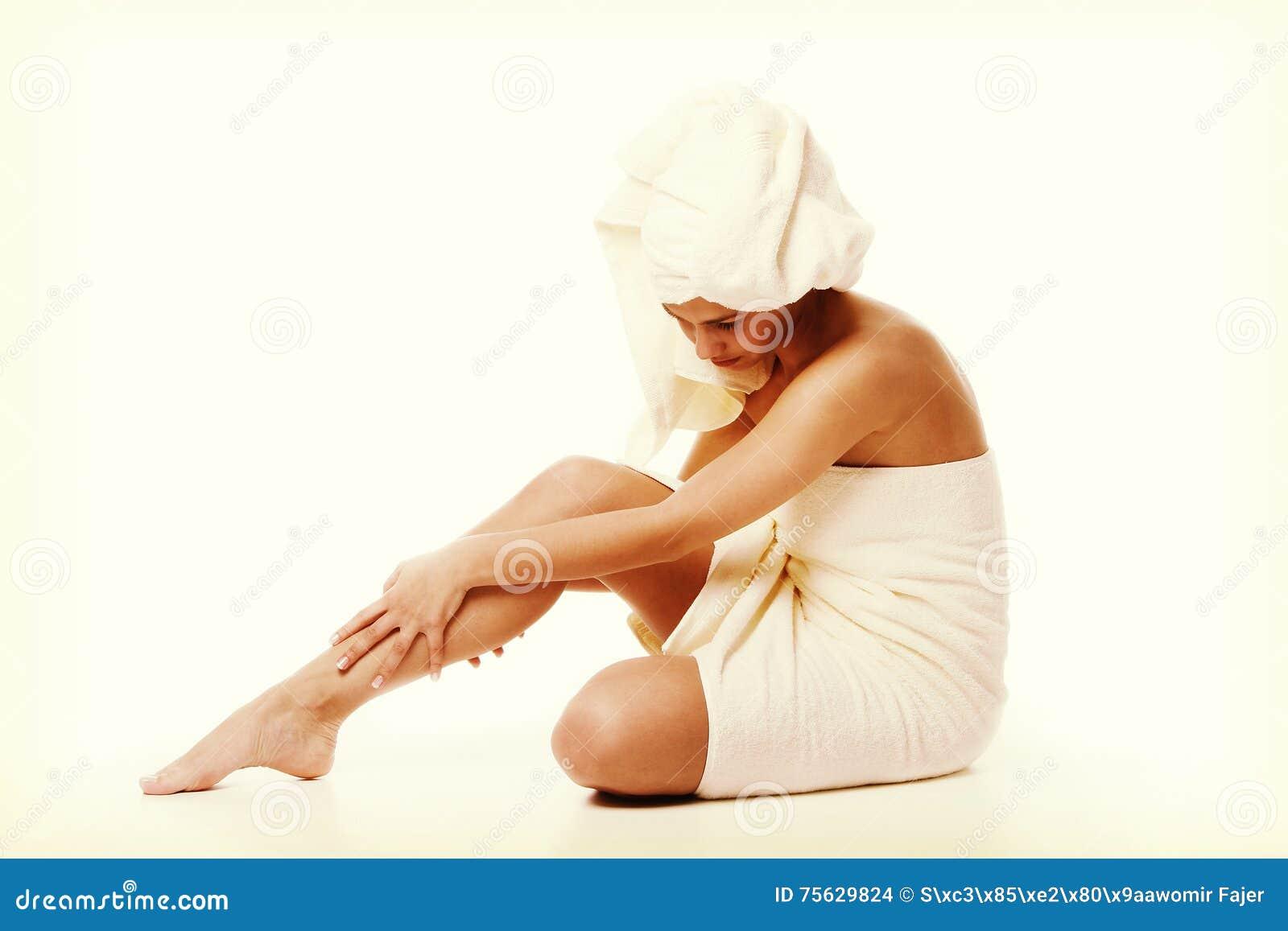 Concepto del tratamiento de la medicina alternativa y del cuerpo Mujer joven de Atractive después de la ducha con la toalla