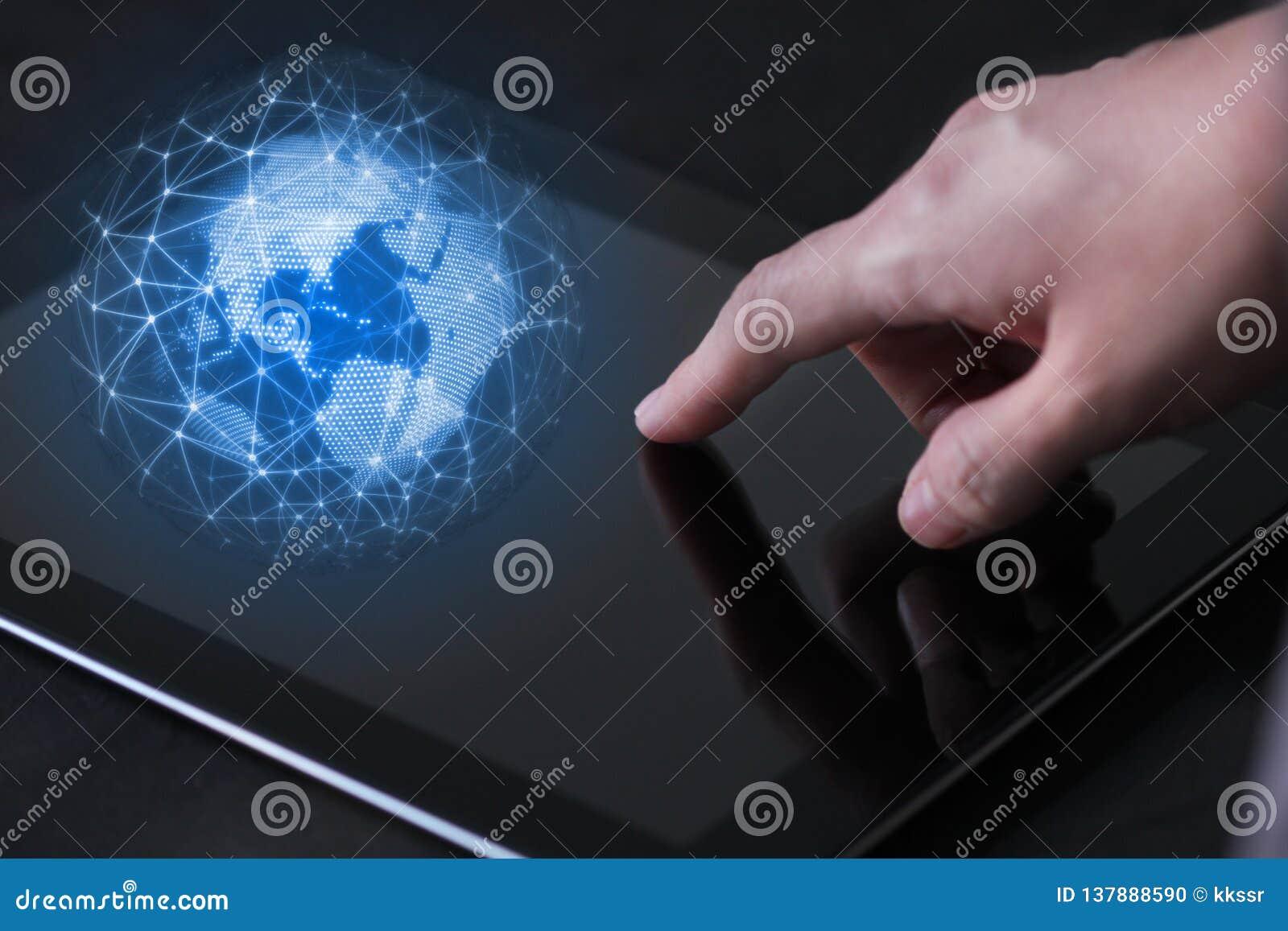 Concepto disponible de la tecnología móvil Finger del uso de la mujer de negocios a tocar en el dispositivo móvil de la tableta