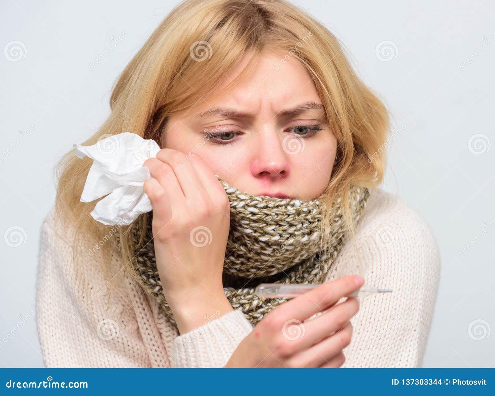 Concepto estacional de la gripe La mujer se siente mal Cómo derribar fiebre Síntomas y causas de la fiebre MUCHACHA ENFERMA CON F