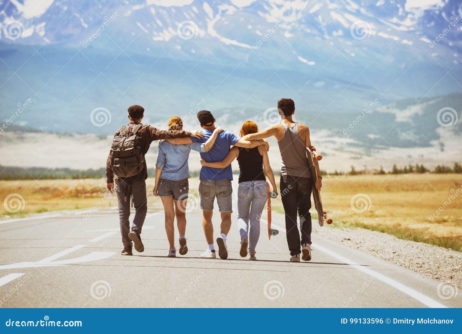 Concepto feliz del camino de los amigos del viaje