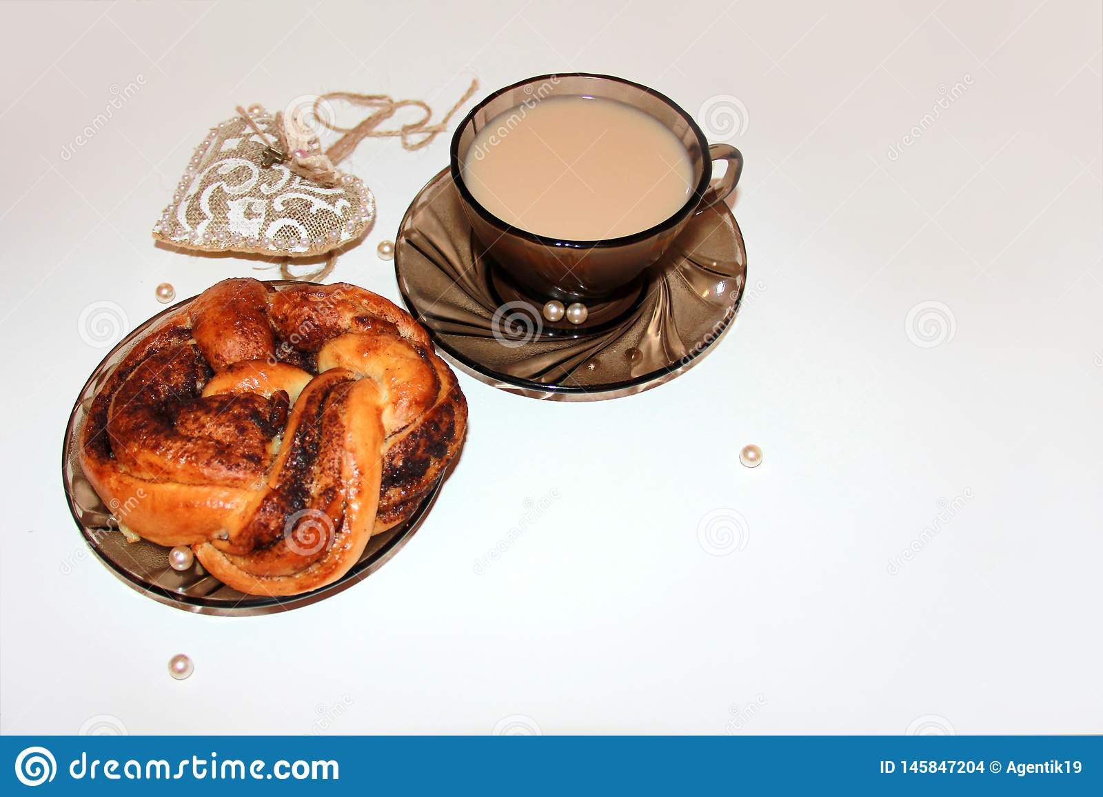 Concepto hermoso del descanso para tomar café con el rollo de canela