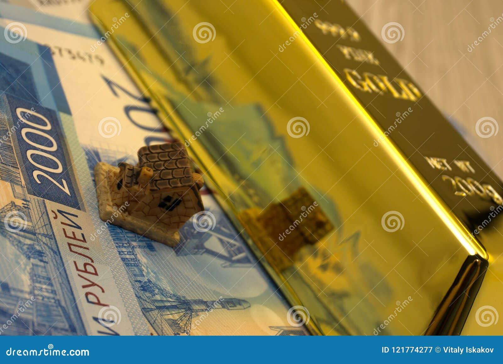 Concepto indio del negocio de las propiedades inmobiliarias que muestra a 3D la casa modelo con llaves, las notas del billete y e