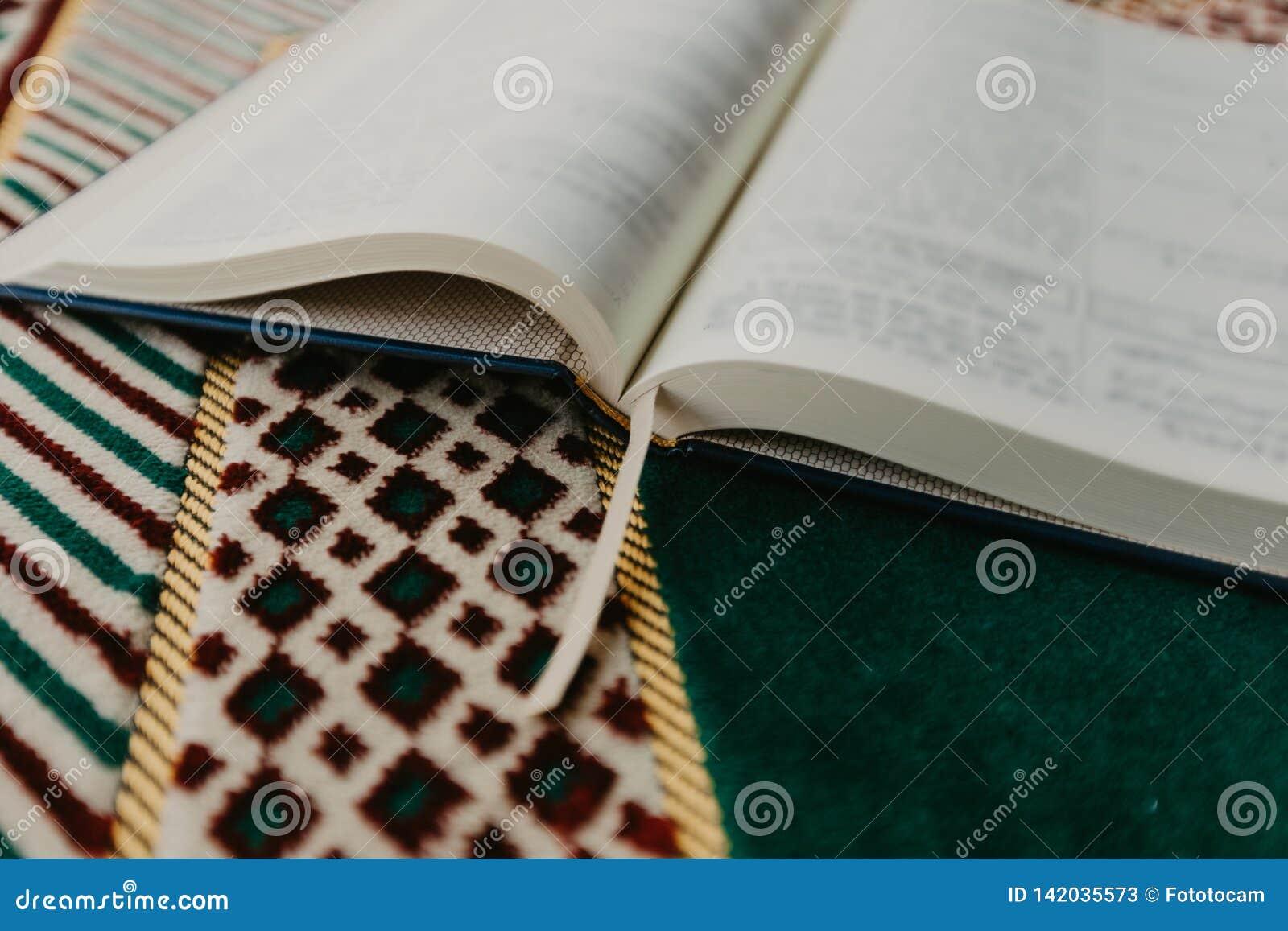 Concepto islámico - el Quran santo en una rogación mate - imagen