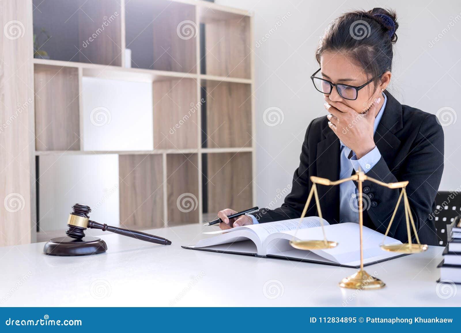 Concepto legal de la ley, del consejo y de la justicia, lawye femenino profesional