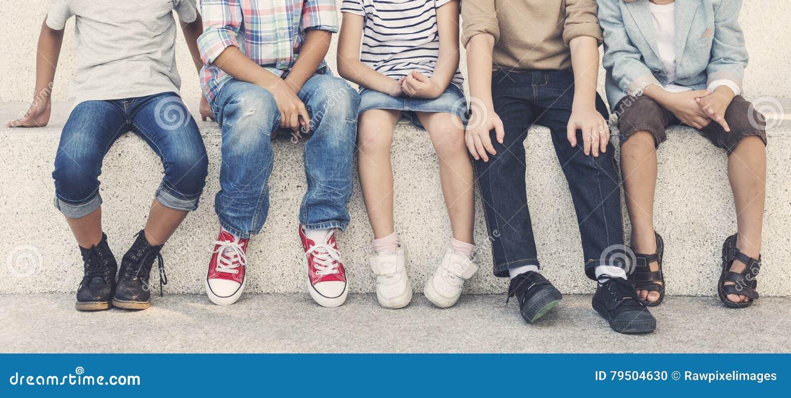 Concepto lindo alegre de los niños de los amigos de los niños casuales