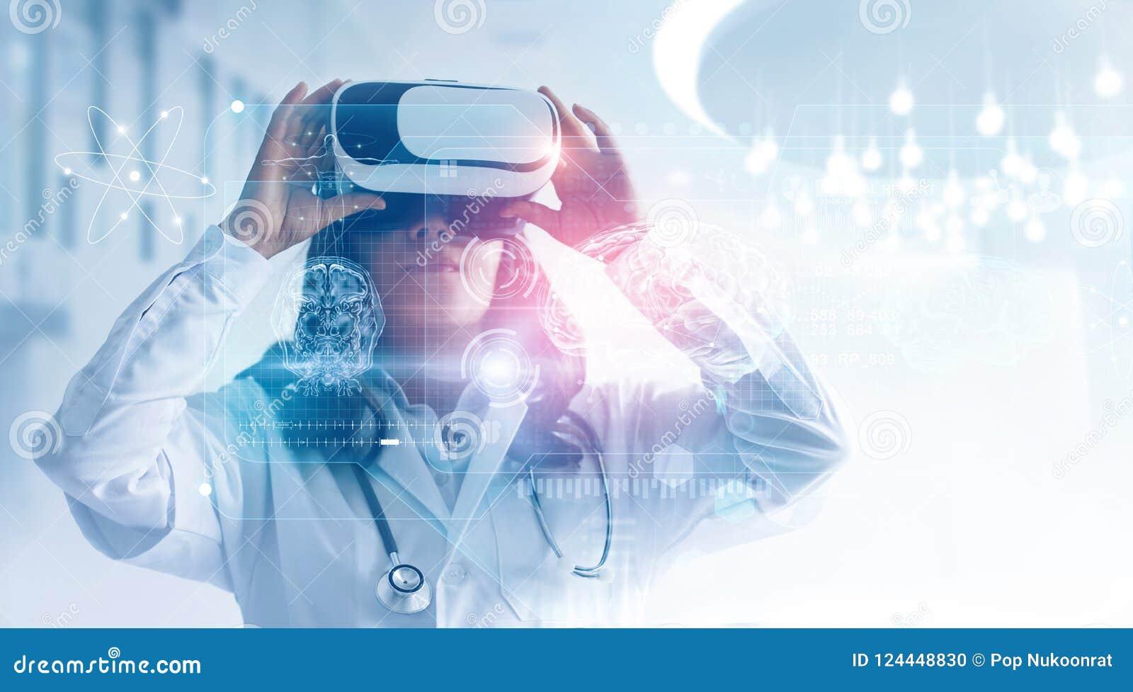 Concepto médico de la tecnología Técnicas mixtas Doctor de sexo femenino que lleva los vidrios de la realidad virtual Comprobació