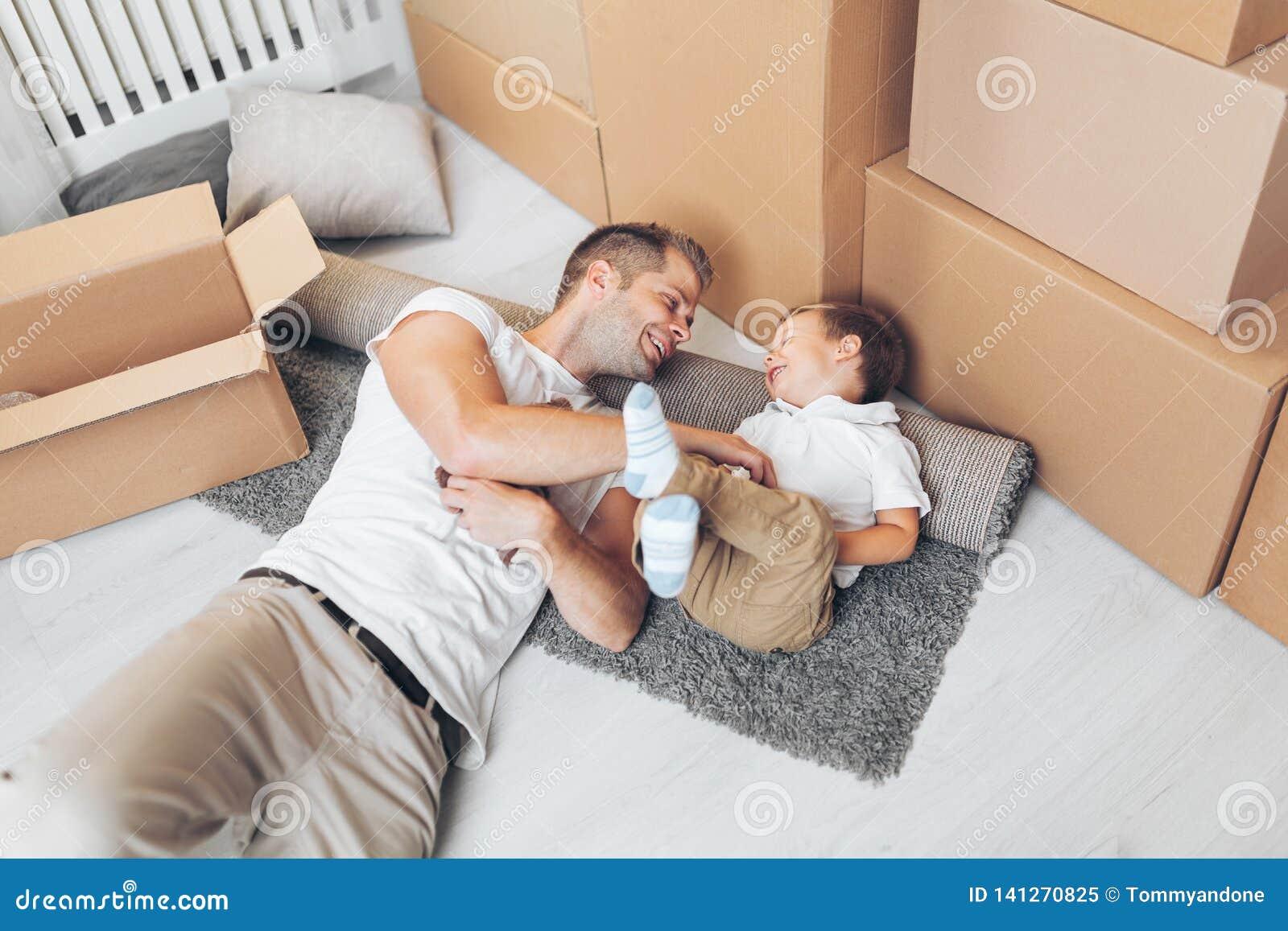 Concepto móvil, padre e hijo moviéndose a un nuevo hogar