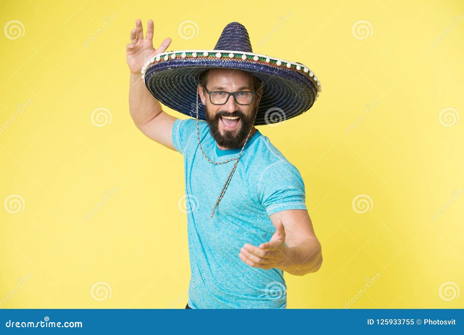 Concepto mexicano de la parte Sirva la cara feliz alegre en el sombrero del sombrero que celebra el fondo amarillo Individuo con