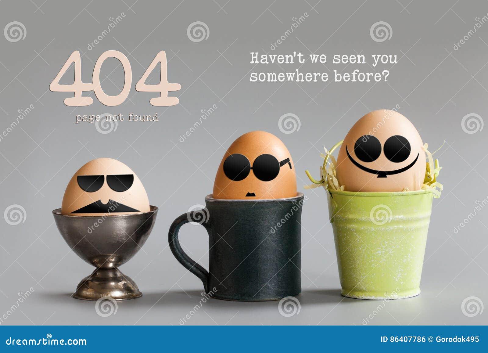 Concepto no encontrado de la página del error 404 Los caracteres divertidos del huevo con los vidrios del ojo morado que se sient