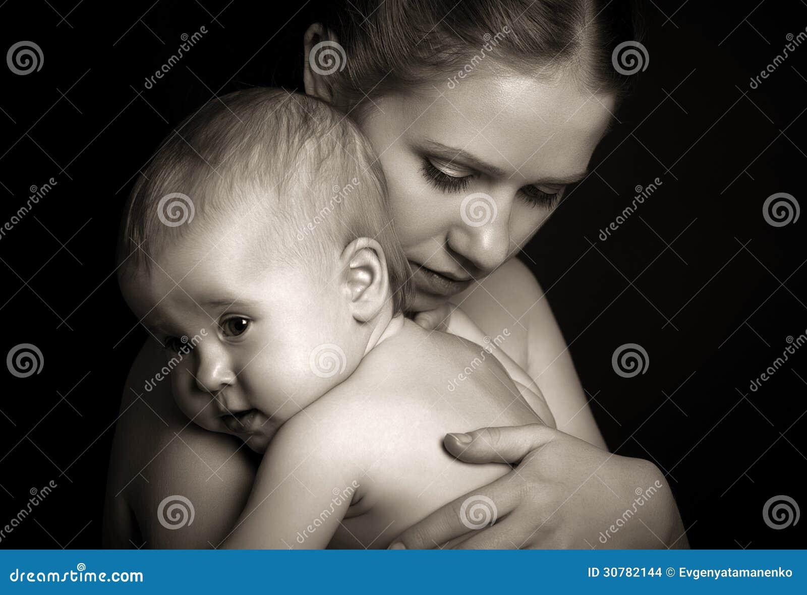 Concepto para el amor y la familia. madre que abraza al bebé blando en lunes
