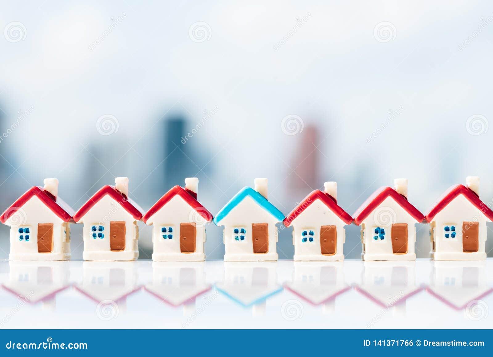 Concepto para la escalera, la hipoteca y la inversión inmobiliaria de la propiedad