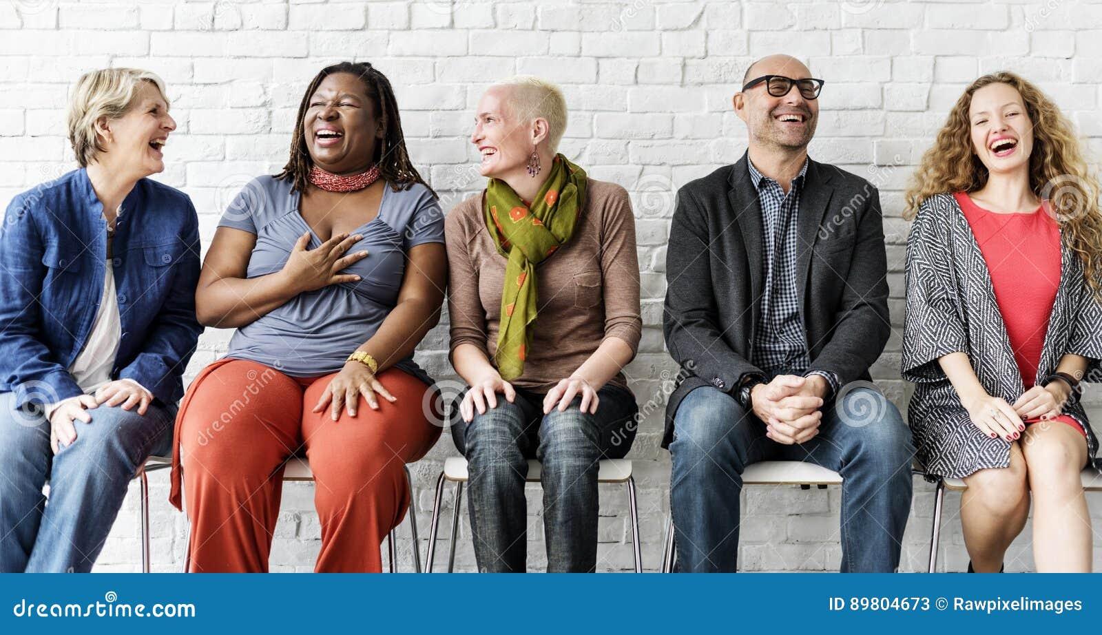 Concepto que se sienta del grupo de personas de la unidad diversa de la comunidad