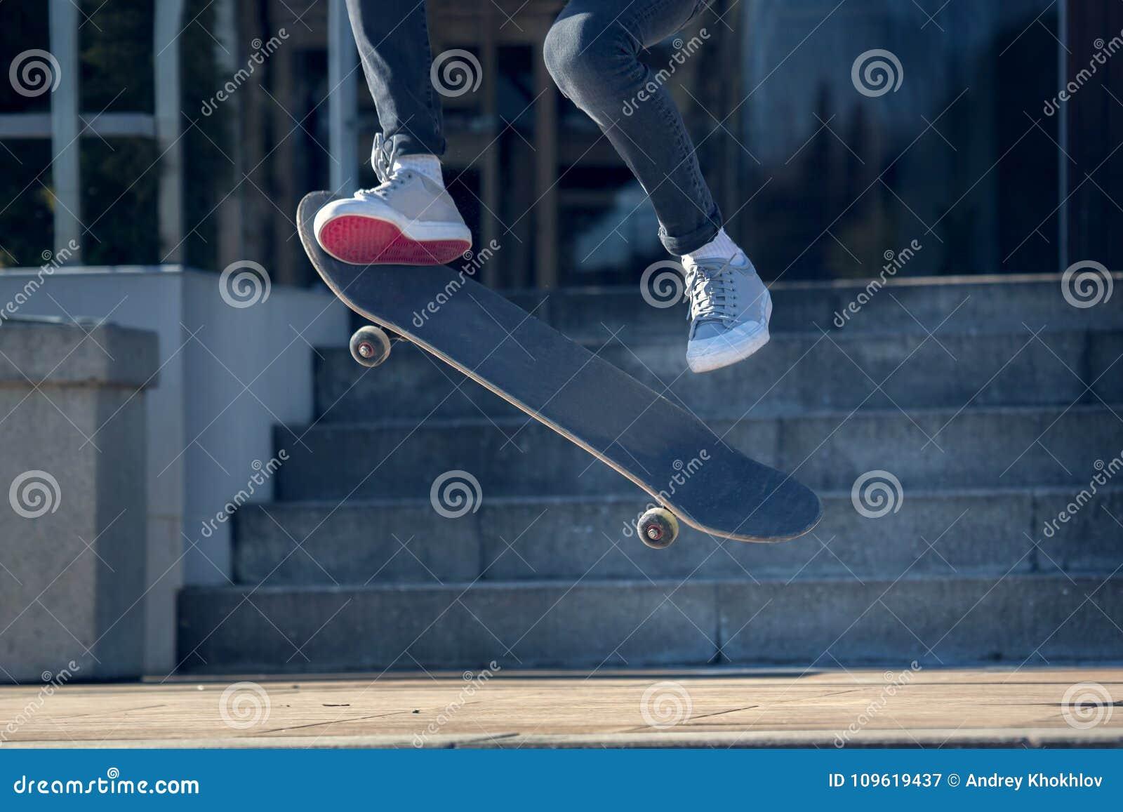 Concepto recreativo de la actividad del deporte del monopatín del parque extremo del patinador