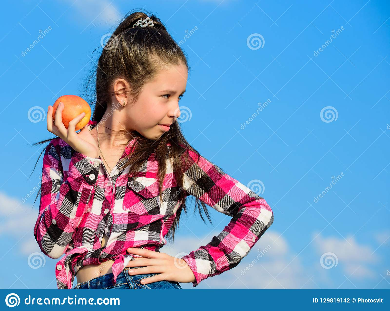 Concepto sano de la nutrición El niño come la nutrición madura de la vitamina de la fruta de la cosecha de la caída de la manzana