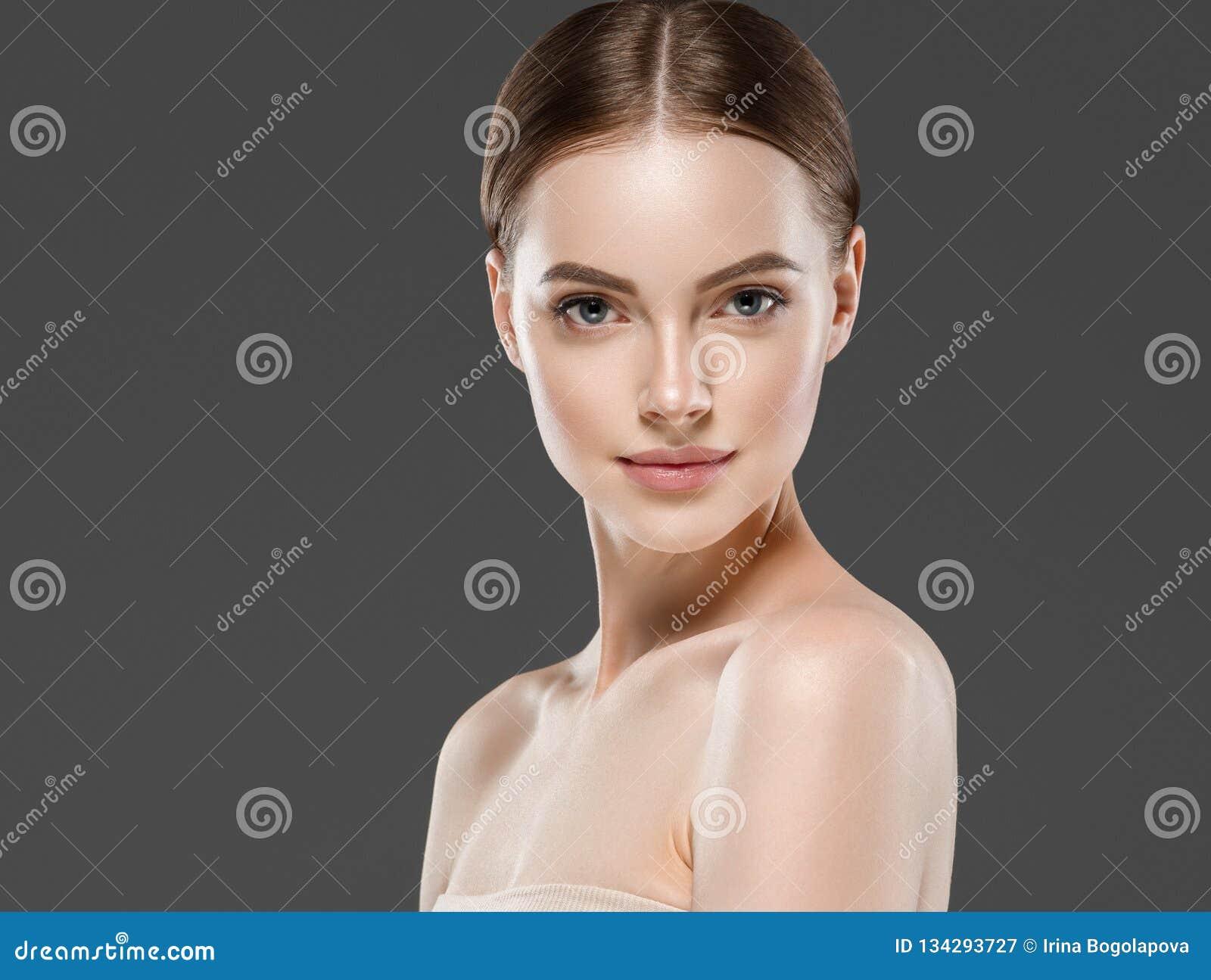 Concepto sano del cuidado de piel de la belleza del retrato de la mujer del maquillaje de Naturzl