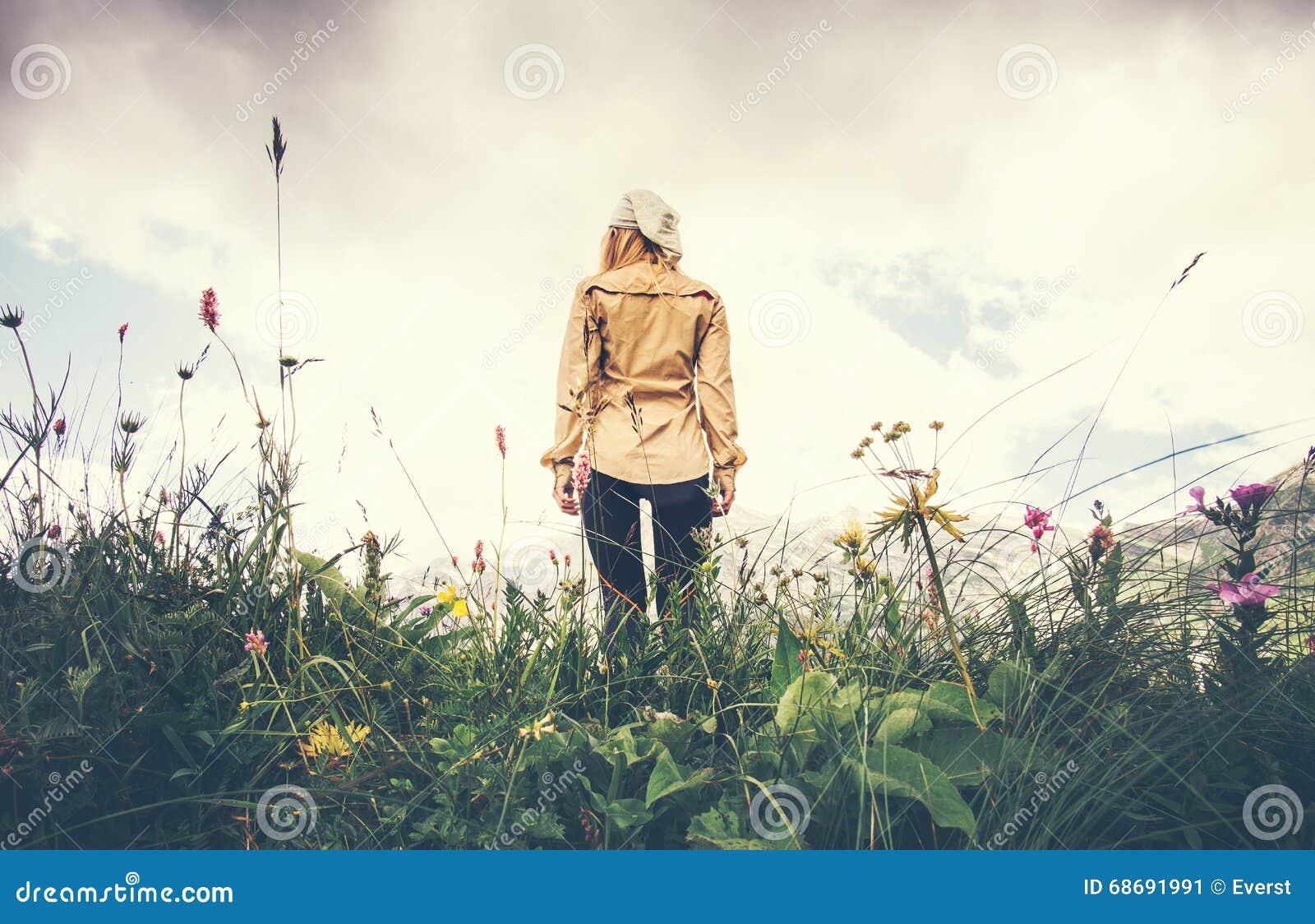Concepto solo de la forma de vida del viaje de la mujer que camina joven