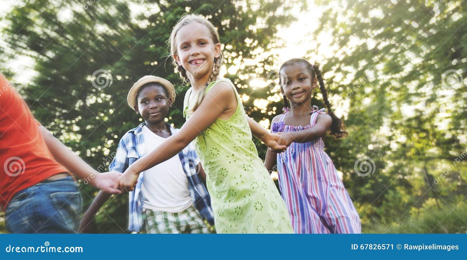 Concepto sonriente de la felicidad de la unidad de la amistad de los niños