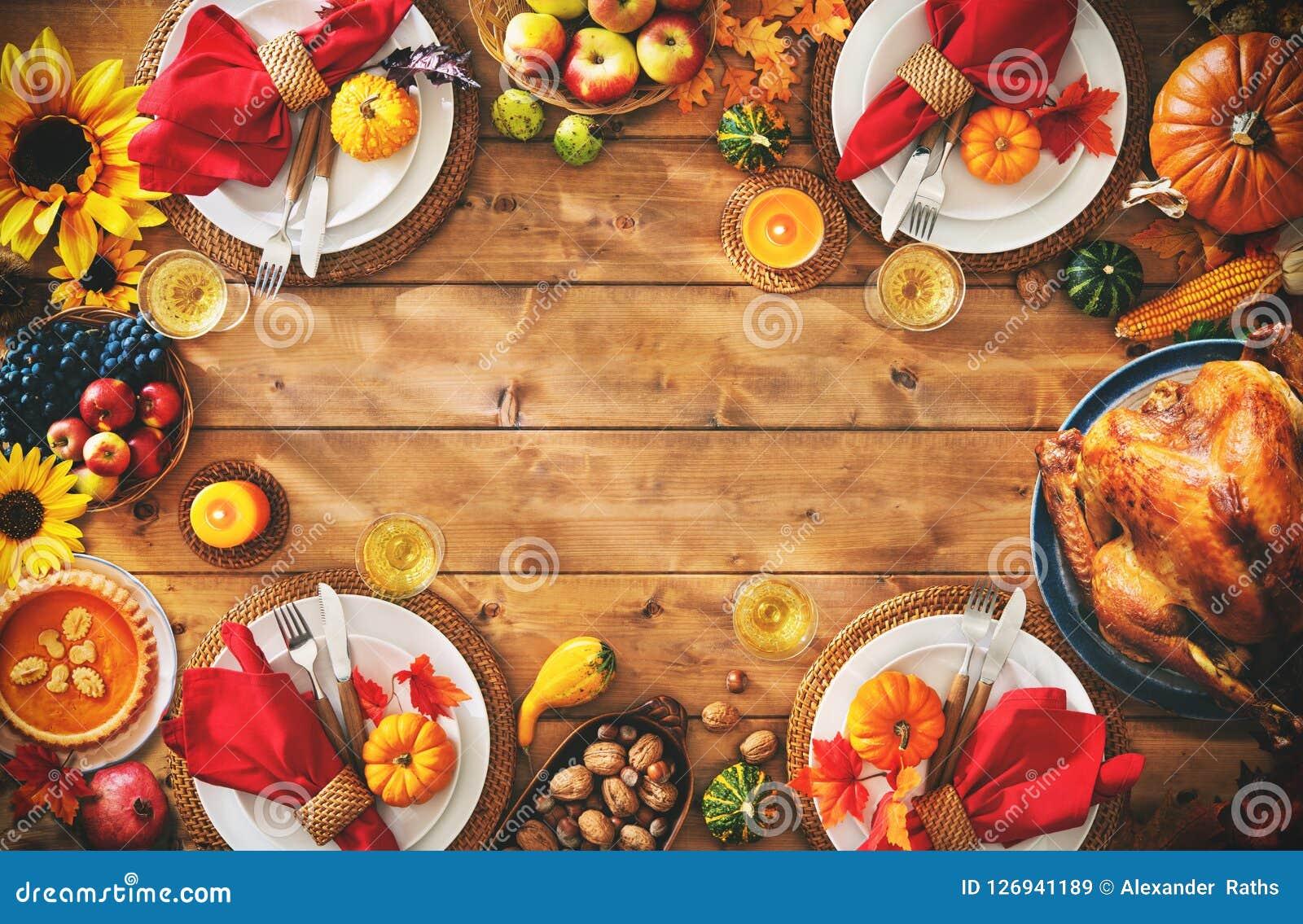 Concepto tradicional de la comida del ajuste de la cena de la celebración de la acción de gracias