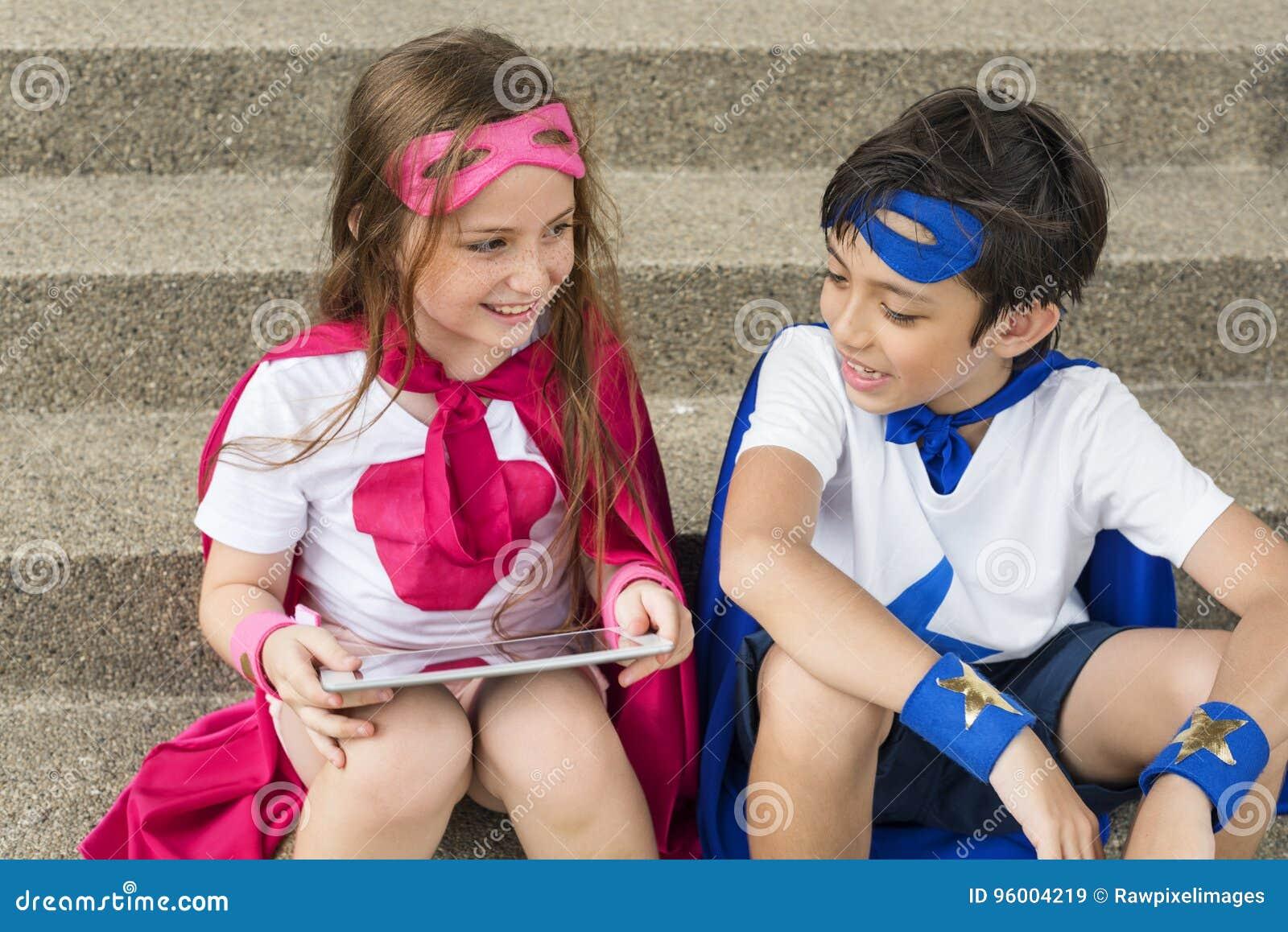 Concepto valiente del traje de la imaginación de la muchacha del muchacho del super héroe