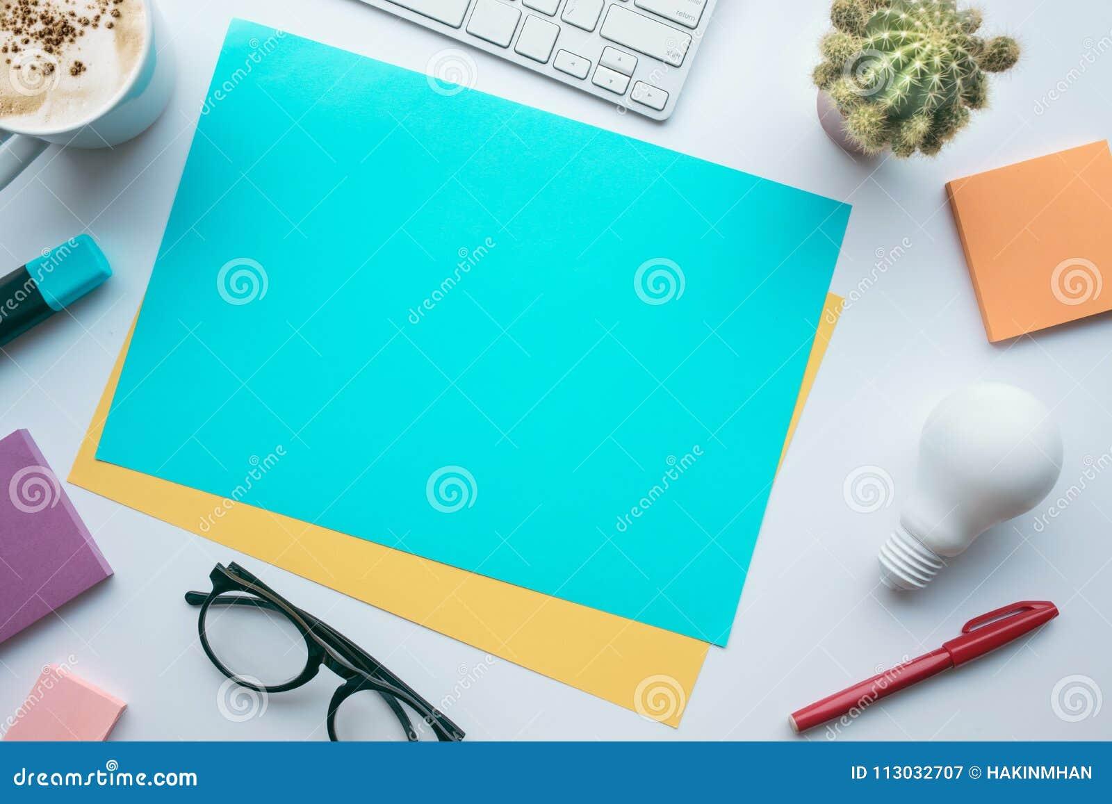 Conceptos de las ideas de la inspiración con el papel y los accesorios coloridos