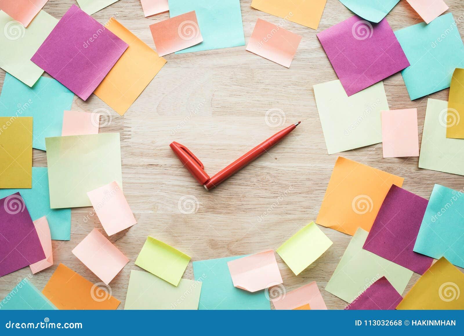 Conceptos de las ideas de la inspiración con la pluma y el papel de carta colorido