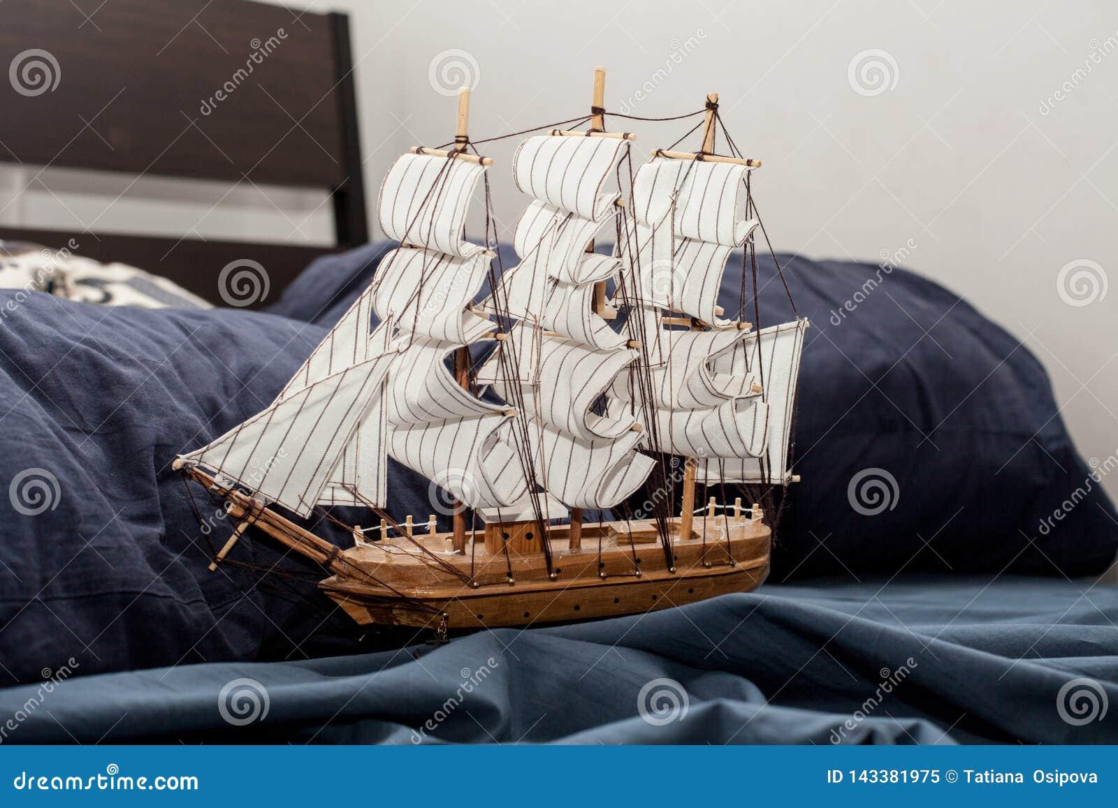 Conceptos de negocio y de creatividad modelo de un velero en un lecho azul Pesadilla o sueño extraño