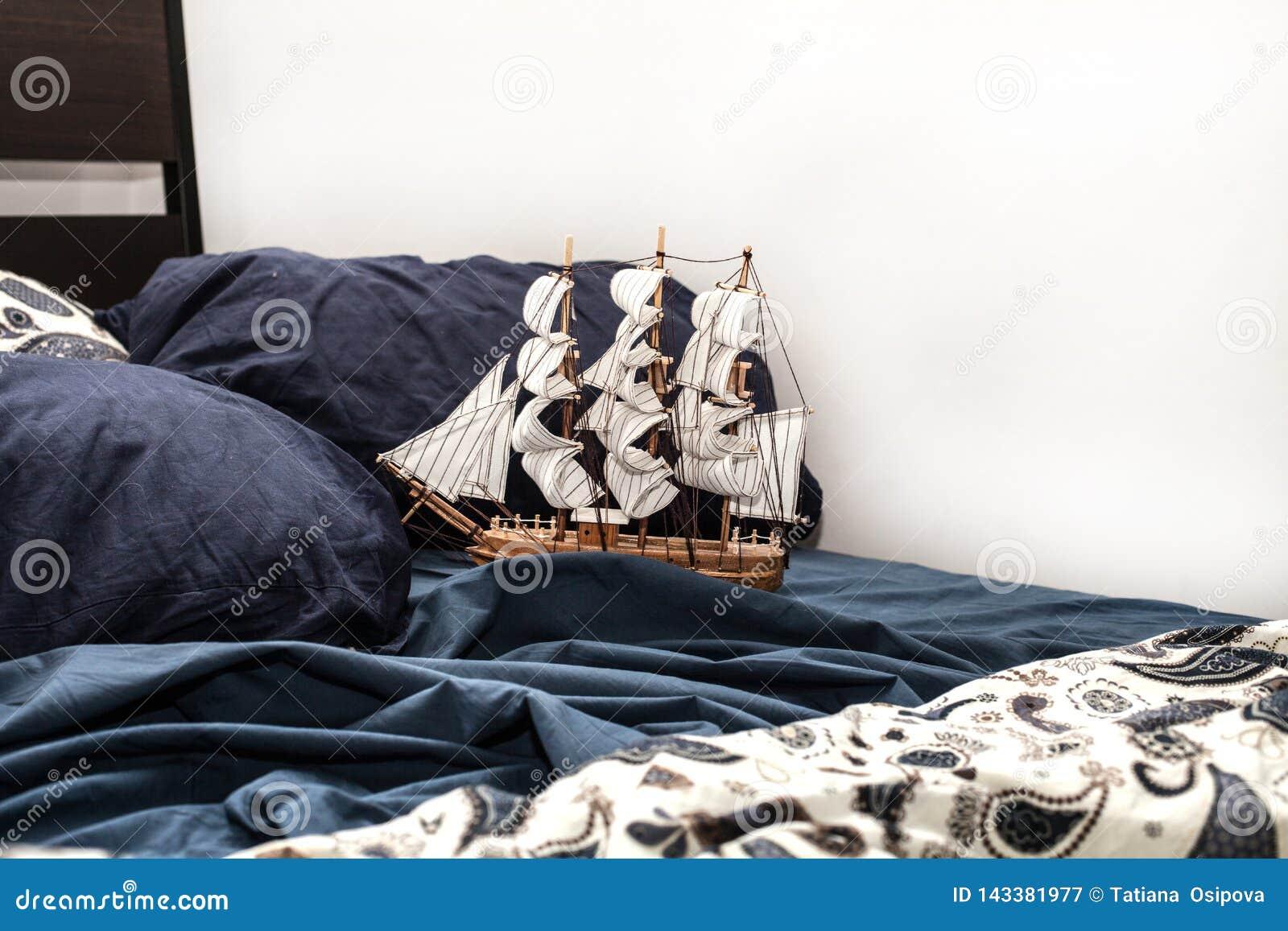 Concepts de psichology et de créativité d affaires modèle d un bateau de navigation dans une literie bleue