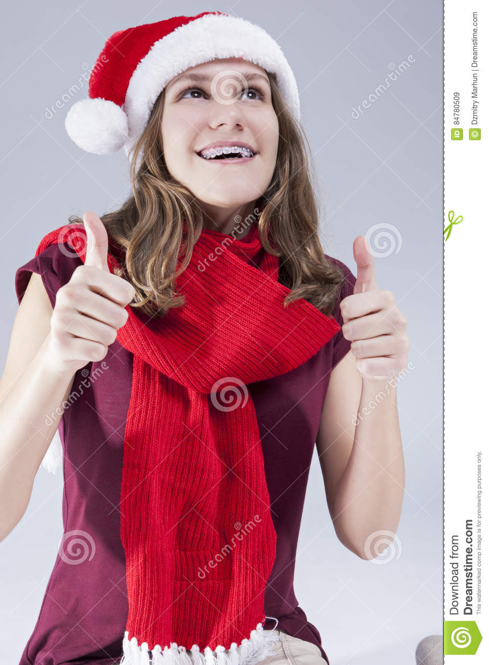 Concepts dentaires de traitement Adolescent caucasien de sourire heureux en Santa Hat With Teeth Brackets