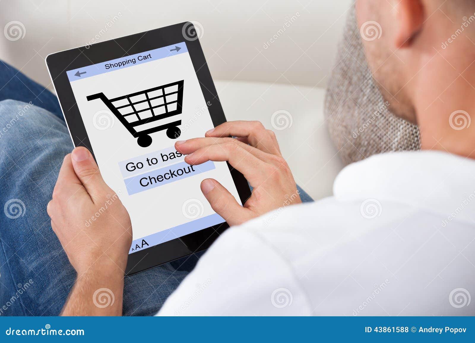 Conceptueel beeld van een mens die een online aankoop maakt