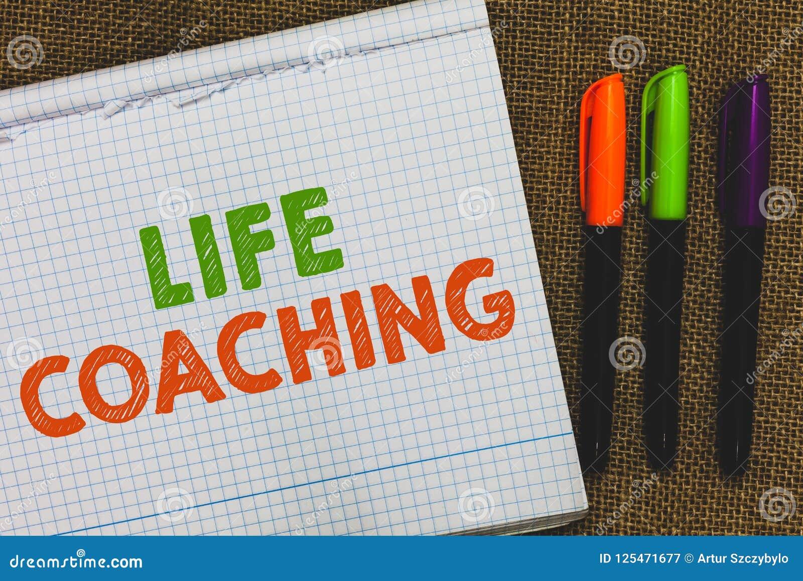 Conceptuele hand die tonend het Leven het Trainen schrijven De bedrijfsfototekst verbetert het Leven door Uitdagingen aanmoedigt